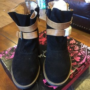 NEW Women's size 9 booties. Two tone. Cute!